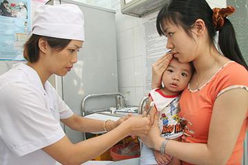 """Trẻ dưới 1 tuổi được tiêm vaccine """"5 trong 1"""" miễn phí"""