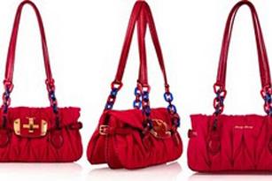 Túi đỏ quyến rũ của Miu Miu