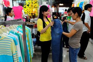 Hàng ngoại thắng thế trên thị trường thời trang Tết
