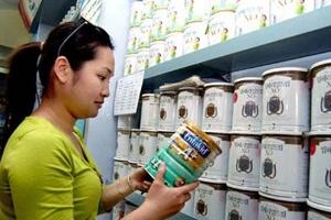 Vì sao giá sữa nội không chịu giảm?