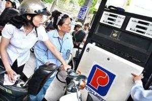 Người dân chờ xăng dầu giảm giá