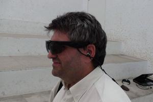 Kính hỗ trợ người khiếm thị bằng âm thanh