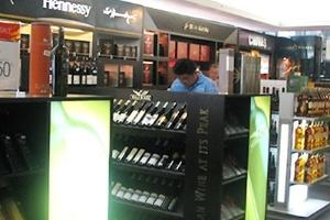 Rượu, điện thoại miễn thuế không bị 'siết' nhập khẩu