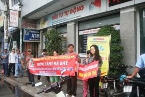 Khách hàng bao vây chi nhánh ngân hàng Agribank đòi tiền