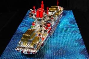 Tàu chở hàng bằng pha lê mang phong cách LEGO