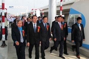 """Bộ trưởng Thăng """"khiển trách"""" doanh nghiệp tại lễ thông xe"""