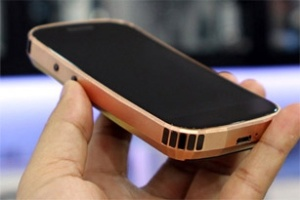 Smartphone dát vàng đầu tiên của Mobiado giá 86 triệu đồng