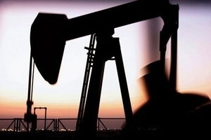 Giá dầu bật lên trên 100 USD/thùng tại châu Á