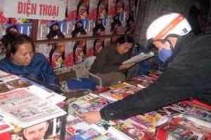 Các sạp bán báo ngày càng ít người mua