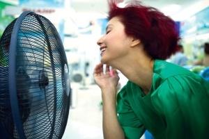 Vào mùa kinh doanh hàng điện lạnh: hàng ít, giá tăng