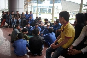 Hà Nội: Hàng trăm người kéo đến NH Agribank đòi nợ