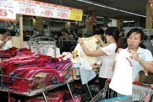 'Thắt' hầu bao, dân đổ xô mua hàng giá rẻ