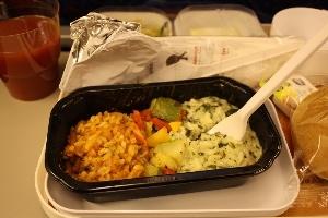 Vì sao đồ ăn trên máy bay thường khó nuốt?