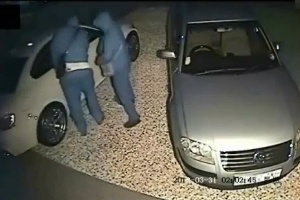 Xem siêu trộm bẻ khóa xe BMW trong... 3 phút