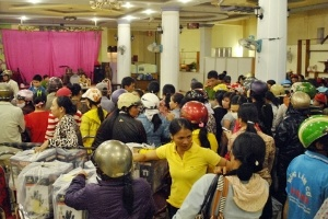 Hàng trăm người bao vây đòi tiền mua hàng rởm