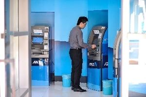 Làm sao để tránh các khoản phí khi sử dụng ATM ở nước ngoài