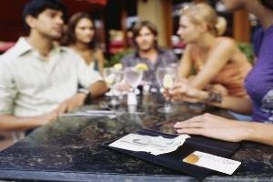 Xử lý tình huống ngại ngùng về tiền bạc mỗi khi đi chơi với bạn bè