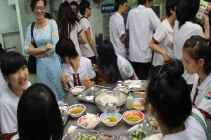'Cõng' nhiều phí, bữa ăn học trò hao hụt