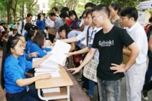 Sáng 4/9 hơn 800 sinh viên đến làm thủ tục nhập học tại HV ngân hàng