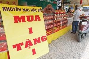 Thị trường bánh trung thu:  Vẫn sản xuất khi đã có hàng đại hạ giá