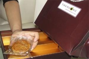 Cận cảnh bánh Trung thu Thu Hương mốc đen