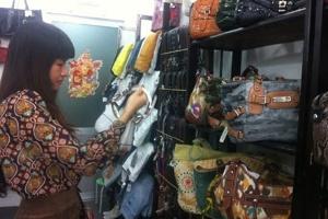 Dân Việt mua hàng hiệu kiểu chợ trời