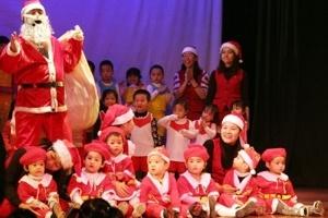 Dịch vụ ông già Noel chuyển quà đắt khách