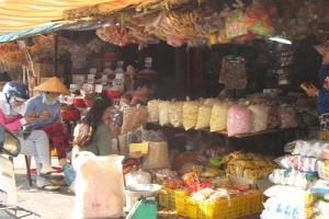 Mứt Tết, bánh kẹo 'ba không' tràn lan khắp chợ