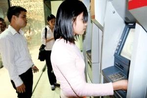Thu phí ATM từ 1/3: Ngân hàng quyết thu, dân tìm đường 'lách'