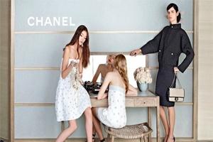 Diện Chanel cho tiệc tại gia