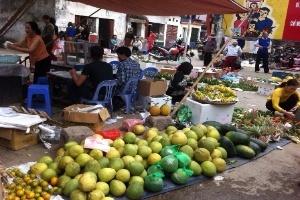 Giá cao chót vót hoa quả ngày cận Tết