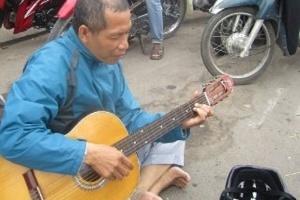 CEO Thái Hà Books ngồi hát 'xin tiền' giữa phố