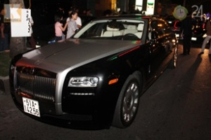 Rolls Royce Ghost EWB vi vu phố Sài Gòn