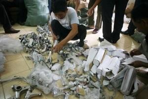 Bắt tại trận hàng trăm bộ vệ sinh giả mang thương hiệu nổi tiếng