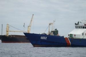 Bắt quả tang tàu nước ngoài mang hàng lậu