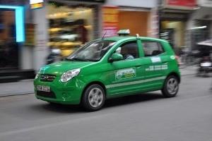 Cuộc chiến giành khách của taxi Nội Bài