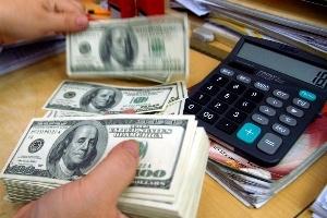 Đô la 'chợ đen' giảm, ngân hàng vẫn 'nóng'