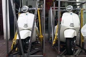 Khui hộp hai chiếc Vespa 946 màu trắng ở Sài Gòn