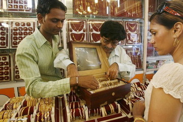 Kinh tế suy hay không, dân Ấn Độ vẫn mua vàng