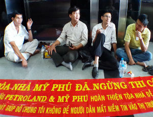 Khách hàng phong tỏa tòa nhà Petroland