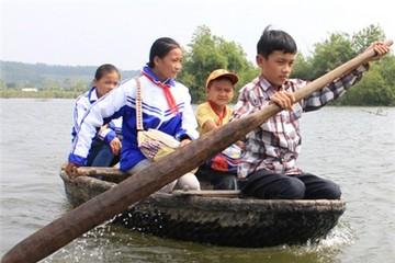 Học trò 13 tuổi chèo thuyền nan đưa các bạn đi học