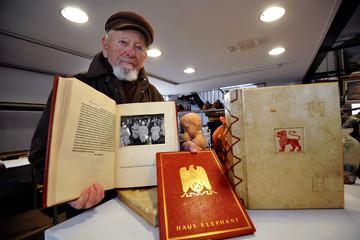 13.700 USD cho 4 cuốn album ảnh của Adolf Hitler