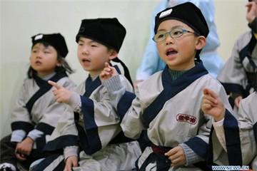 Học sinh Trung Quốc mặc cổ trang học văn hóa