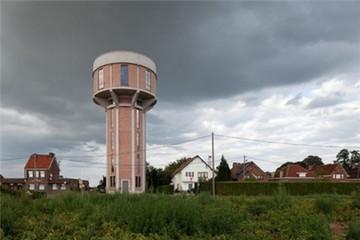 Nhà độc đáo nằm gọn trong... tháp nước