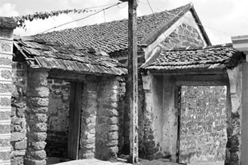 Sống khổ trong làng cổ