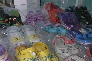 Giày nhựa trẻ em xuất xứ Trung Quốc chứa chất gây ung thư