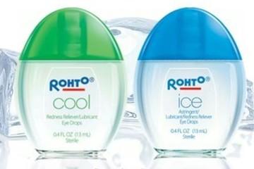 Lấy mẫu sản phẩm thuốc nhỏ mắt Rohto để kiểm tra chất lượng