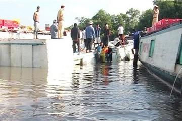 Chìm tàu hàng chở đầy bia trên sông Bảy Háp