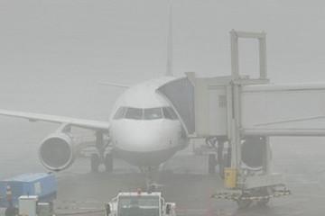 Sân bay Cát Bi tê liệt vì mây mù