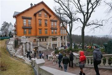 Dân Ukraine choáng ngợp với biệt thự xa xỉ của tổng thống
